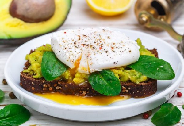 Wholemeal toast with spinach, smashed avocado and poached egg